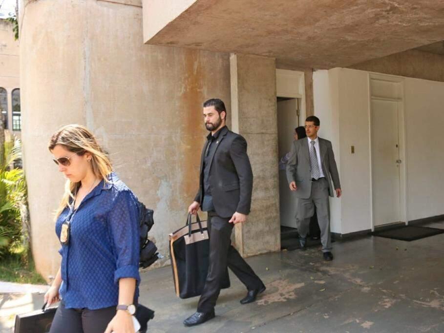 Agentes da PF saem da Governadoria, pela porta que sai no estacionamento do prédio. (Foto: Henrique Kawaminami).