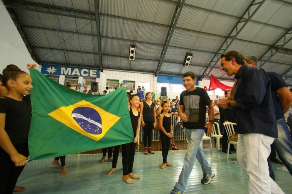 Prefeito Marquinhos Trad brinca com crianças pouco antes da solenidade de abertura dos Jogos (Foto: André Bittar)