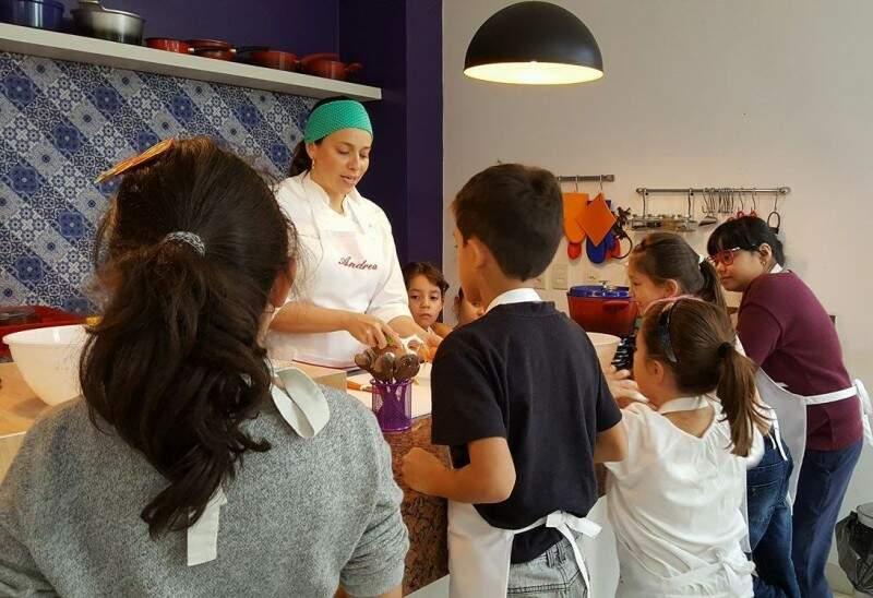 Andrea em demonstração aos alunos antes da etapa prática
