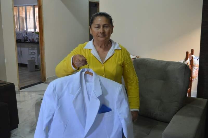 Ela mandou fazer um terno especial para os 100 anos do marido. (Foto: Thailla Torres)