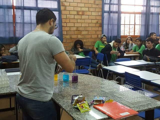 Estudantes da Escola Estadual Riachuelo durante aula no laboratório da escola (Foto: Divulgação/SED)