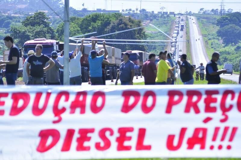 Caminhoneiros pedem redução do preço do combustível . (Foto: Eliel Oliveira)