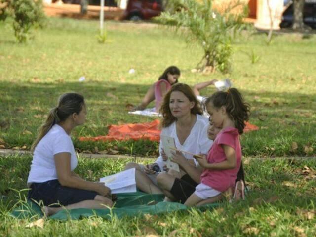 Professora e os leitores de domingo. (Foto: Marcelo Calazans)