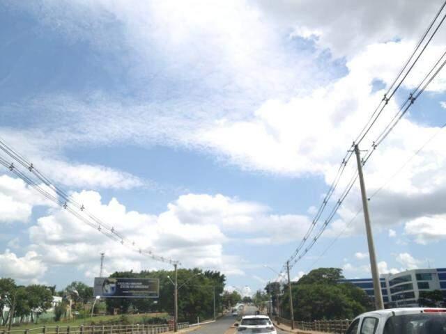 Sol entre nuvens na tarde desta quarta-feira na Rua Ceará em Campo Grande (Foto: Paulo Francis)