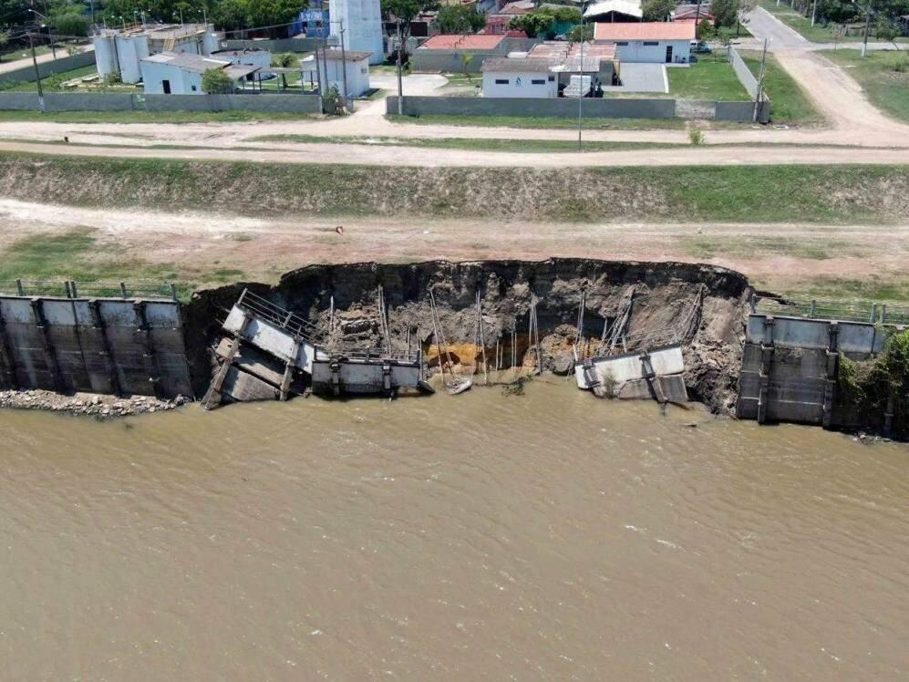 Placas que caíram ficam a cerca de 20 metros do dique do rio (Foto: Toninho Ruiz)