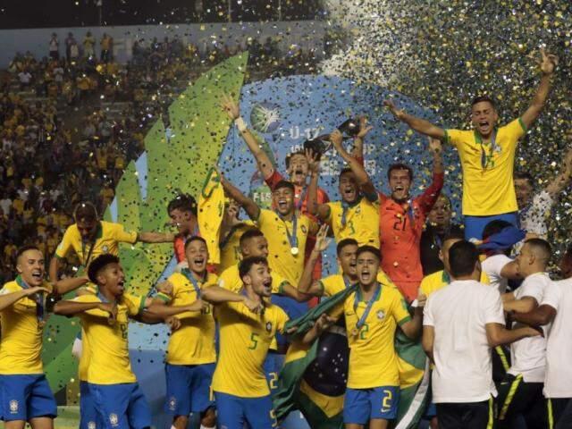 Jogadores comemoram a vitória após partida neste domingo (17). ( Foto: Marcello Casal JrAgência Brasi)