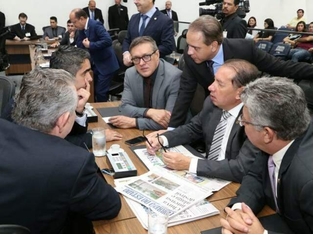 Deputados da esquerda para direita: Antônio Vaz (PRB), Herculano Borges (SD), Lucas de Lima (SD), Coronel David (PSL), Gerson Claro (PP) e Evander Vendramini (PP), durante sessão (Foto: Assessoria/ALMS)