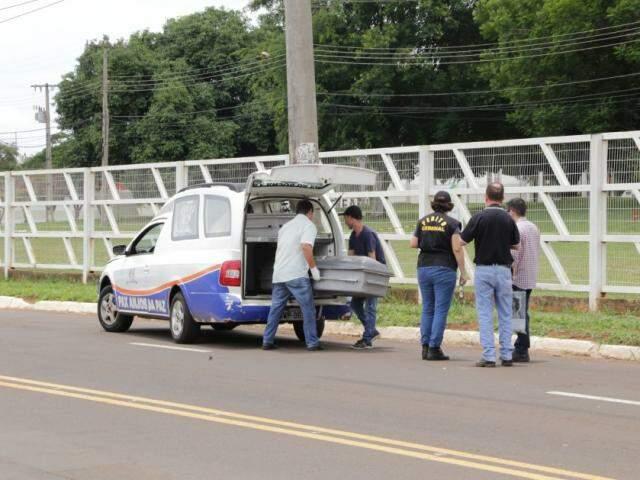 Funerária esteve no local para retirar corpo de idoso atropelado por S-10 (Foto: Kísie Ainoã)