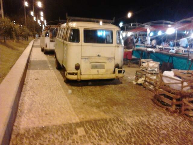 Veículos são flagrados na calçada da Orla Morena, em Campo Grande, durante a feira livre (Foto: Repórter News)
