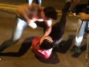 Jhonny dando socos no rapaz depois que ele já estava caído. (Foto: Reprodução/Direto das Ruas)