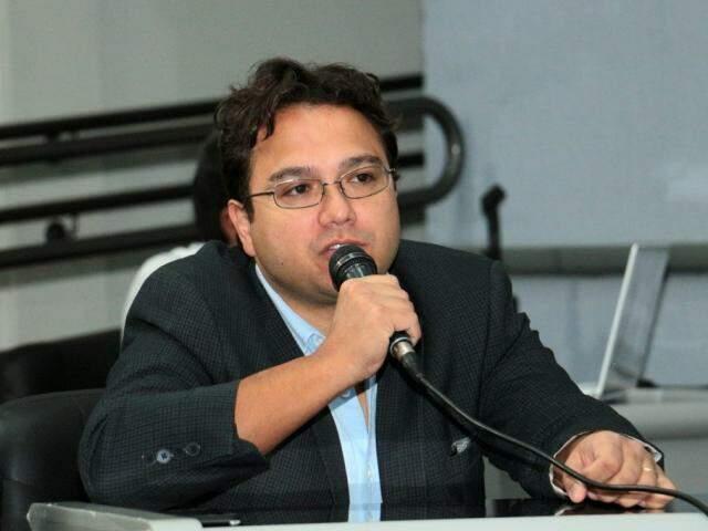 Pedrossian Neto afirma que prefeitura tem R$ 106 milhões em caixa; são necessários R$ 76 milhões para o 13º salário. (Foto: Izaías Medeiros/CMCG)
