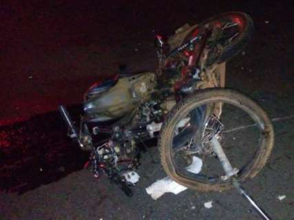 Motociclista morre após invadir pista e bater de frente com caminhão