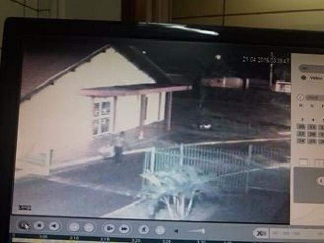 Imagens das câmeras de segurança conseguiram flagrar atividade do ladrão no local