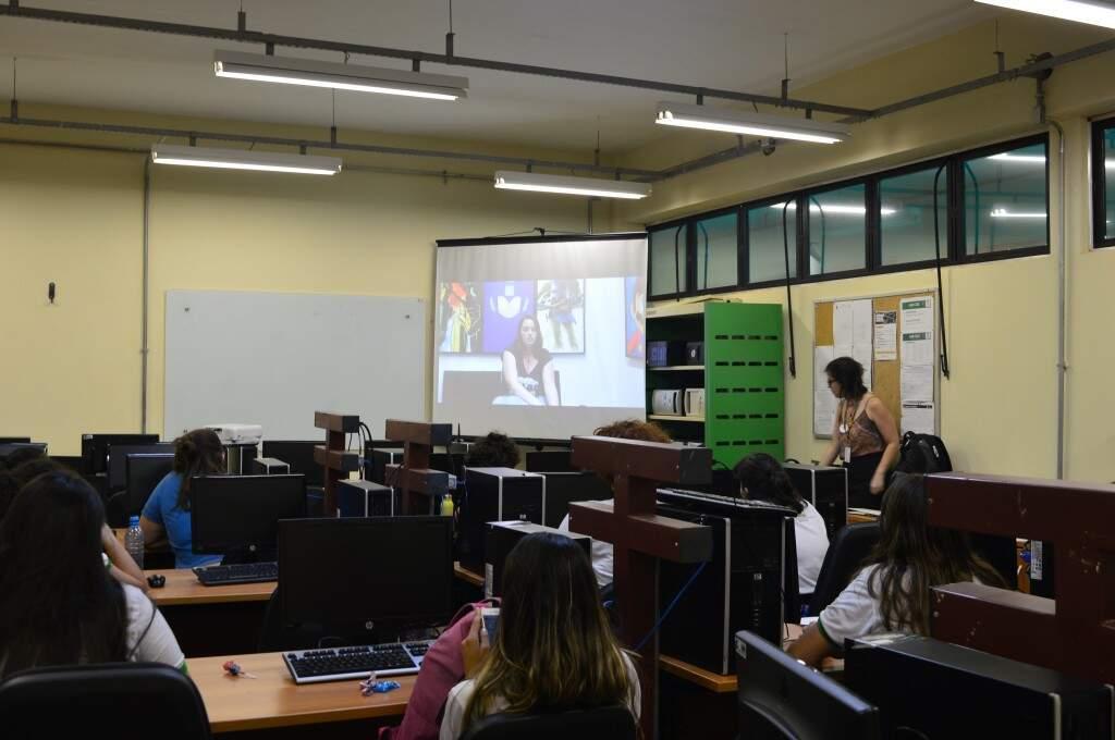 As estudantes assistiram a palestra sobre o desafio (Foto: Alana Portela)