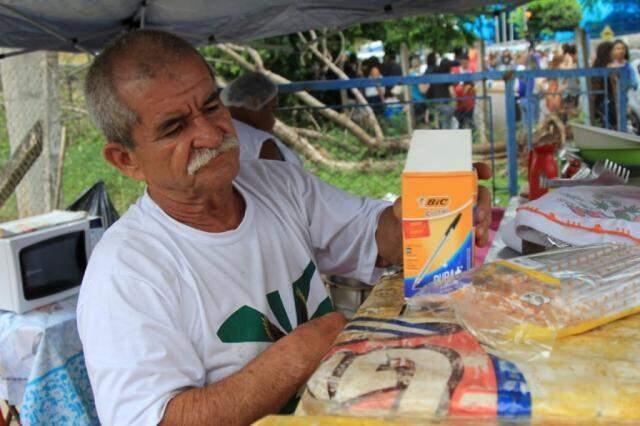 Doralino Moraes montou ponto com canetas e bebidas em frente da Uniderp