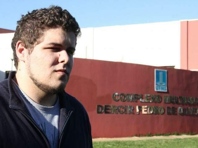 Glauco estuda Arquitetura e diz que desenvolveu gastrite nervosa por conta da rotina pesada do curso. (Foto: Marcos Ermínio)