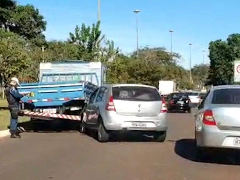 Sandero bateu na traseira de um caminhão. (Foto: Direto das Ruas)