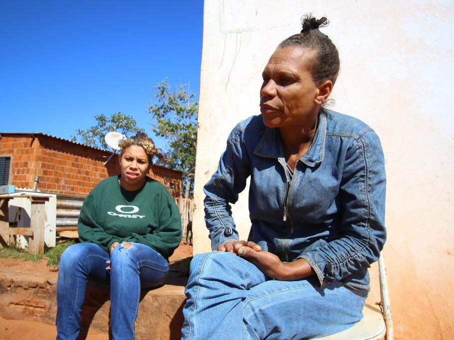A faxineira Maria de Fátima dos Santos, 47 anos e sua filha (Foto: André Bittar)