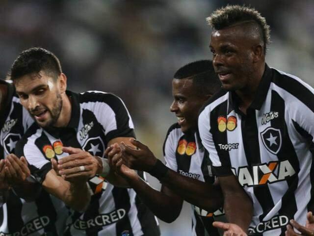 """Jogadores reproduzindo o """"embala nenêm"""", criado por Bebeto na Copa de 1994. (Foto: Site Oficial Botafogo)"""