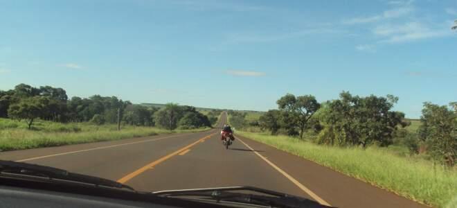 Leitora flagrou motociclista audacioso em rodovia.