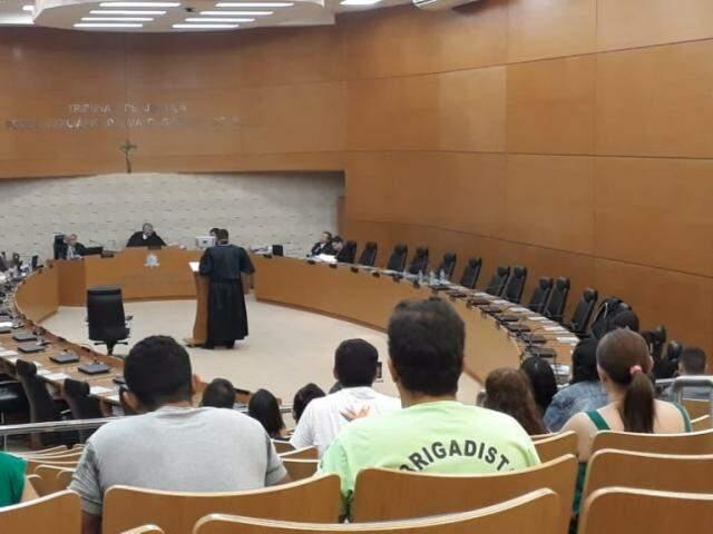 Advogado Márcio Souza de Almeida durante sua fala na sessão da 2ª Câmara Criminal (Foto: Geisy Garnes)