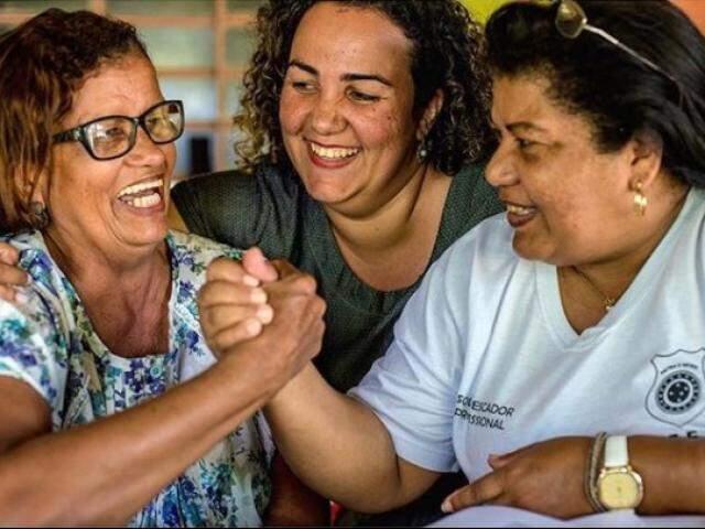 Francisca, Denise e Janete, professora e coordenadora do Barco das Letras. (Foto: Luciano Justiniano)