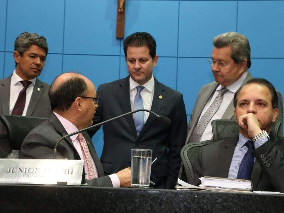 Em pé, da direita para a esquerda, deputados Rinaldo Modesto (PSDB), Renato Câmara (PMDB), Onevan de Matos (PSDB). Na mesa, o presidente da Assembleia, da esquerda para a direita, Junior Mocchi (PMDB) e Coronel David (PSC), na sessão desta terça-feira, quando projetos do governo foram aprovados em 1ª votação (Foto: Victor Chileno/ALMS)