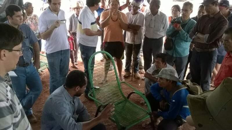 Procurador da República (sentado) conversa com índios em áreas ocupadas (Foto: Direto das Ruas)