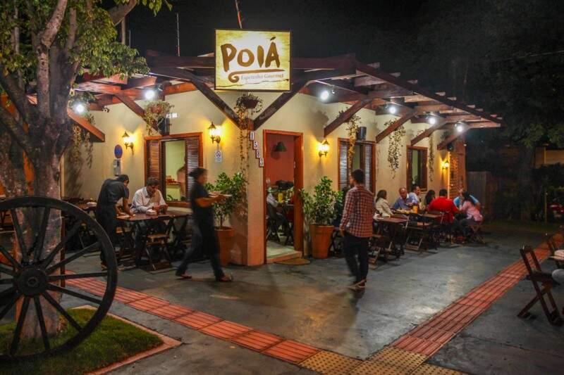 Com estilo rústico e até roda de carroça na frente, restaurante chama a atenção na Euclides da Cunha