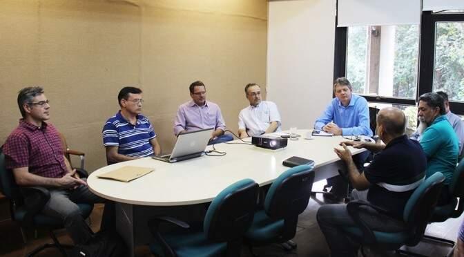 Pesquisadores da Embrapa Pantanal falaram da situação da bacia em reunião com secretários (Foto: Divulgação/Semade)