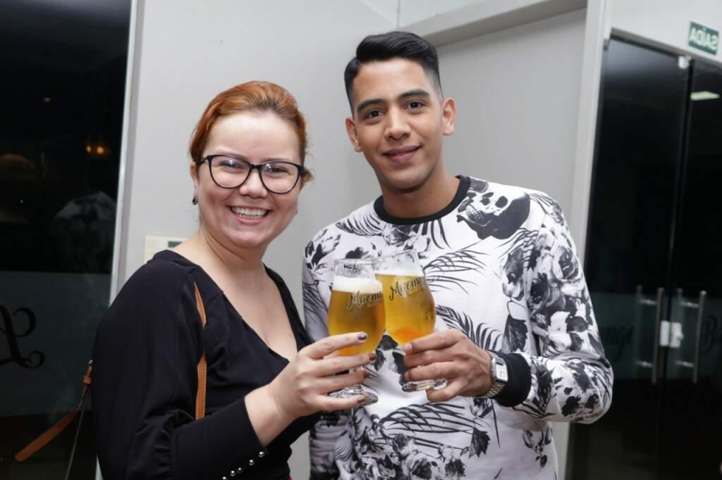 A jornalista Karine Dias brindando com o influencer Thallyson Perez (Foto: Kisie Ainoã)