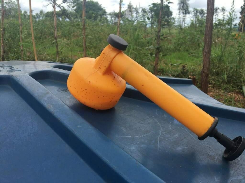 Bombinha laranja usada para borrifar extrato de planta (Foto: Guilherme Henri)