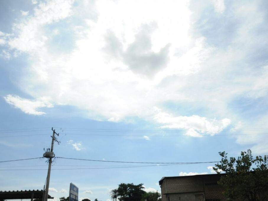 Sol entre nuvens, mas muito calor na tarde deste domingo em Campo Grande (Foto: Paulo Francis)