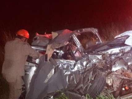 Acidente entre carro e caminhão mata duas pessoas na BR-060