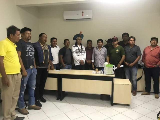 Líderes e caciques presentes na posse de Henrique Dias como coordenador da Funai em Campo Grande. (Foto: Tatiana Marin)