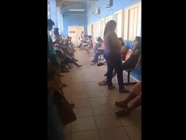Pacientes ficaram no mais de 11h aguardando atendimento no posto nesta quinta-feira (Foto: Reprodução)