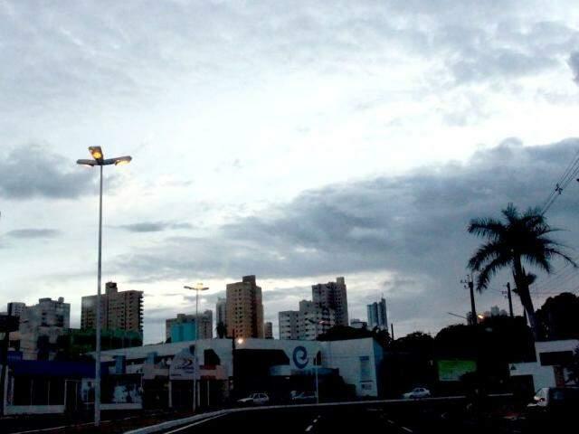 Céu amanheceu nublado em Campo Grande e previsão é de chuva no período da tarde (Foto: Saul Schramm)