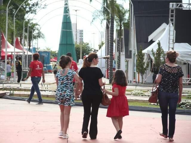 O sol forte da tarde de sábado não foi obstáculo para que famílias visitassem a Cidade do Natal (Foto: Marcos Ermínio)