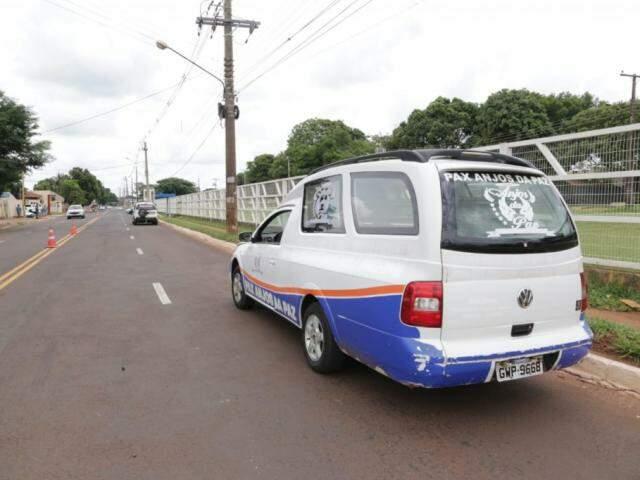 Carro de funerária no local do acidente que acabou em morte (Foto: Kísie Ainoã)