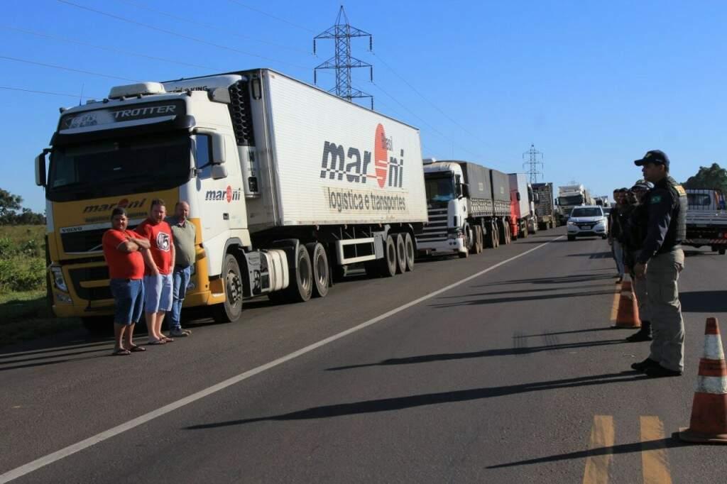 Só carro de passeio tem trânsito livre em protesto de caminhoneiros