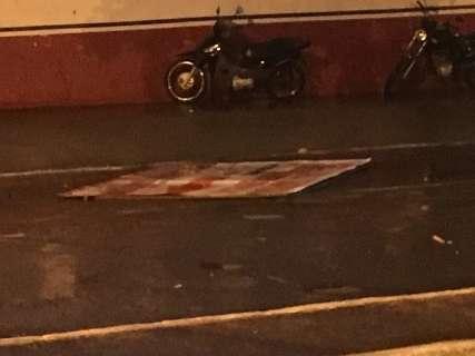 Placa se solta com ventania e quebra para-brisa de veículo em avenida