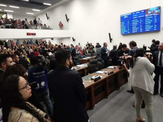 Plenário da Assembleia durante segunda votação do projeto de lei que altera regras para contratar professores temporários (Foto: Leonardo Rocha)