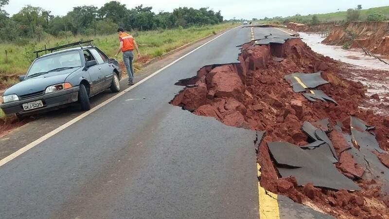 Parte da rodovia desmoronou com as fortes chuvas de ontem. (Foto: Defesa Civil)