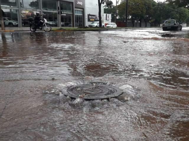 Trecho da Avenida Weimar Gonçalves Torres com a Delfino Garrido, alagado durante chuva desta terça (Foto: Clezer Gomes/Plantão do MS)