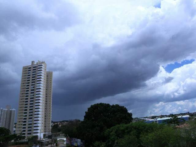 Céu com nuvens carregadas, na tarde de hoje, em Campo Grande (Foto: Kisie Ainoã)