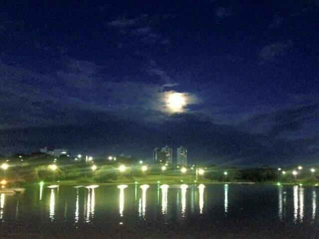 Lua vista do Parque das Nações Indígenas ontem (Foto: Direto das Ruas)