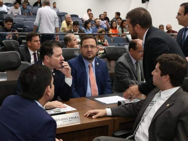 Deputados Jamilson Name (PDT), Renato Câmara (MDB), Márcio Fernandes (MDB), Pedro Kemp (PT) e João Henrique Catan (PR), durante sessão (Foto: Assessoria/ALMS)
