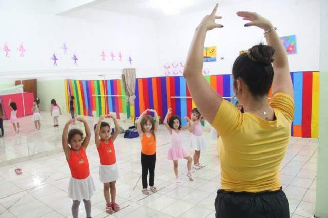 Aulas de balé são oferecidas como atividade extra. (Foto: Marcos Ermínio)
