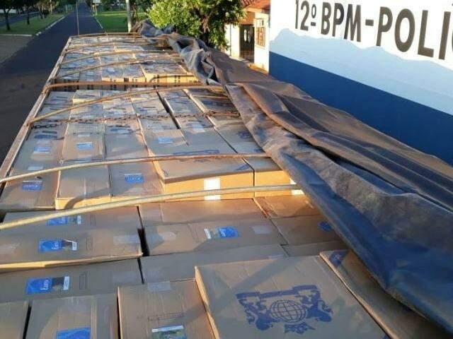 Caixas que abarrotavam o veículo apreendido pela PM. (Foto: Tá Na Mídia Naviraí)