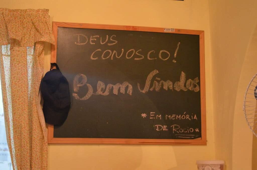O quadro tem a última escrita do pai, Rocio. Ao lado, seu bonézinho mantém viva a presença do pai. (Foto: Thaís Pimenta)